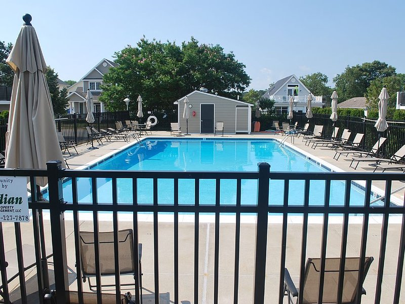 Rehoboth Townhouse with Pool! 3 Blocks to Beach! (NEXT TO VRBO LISTING #309410), location de vacances à Rehoboth Beach