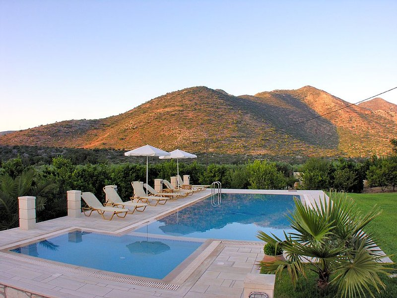Luxurious villa with huge garden & private Heated pool in paradise environment, vacation rental in Melidoni