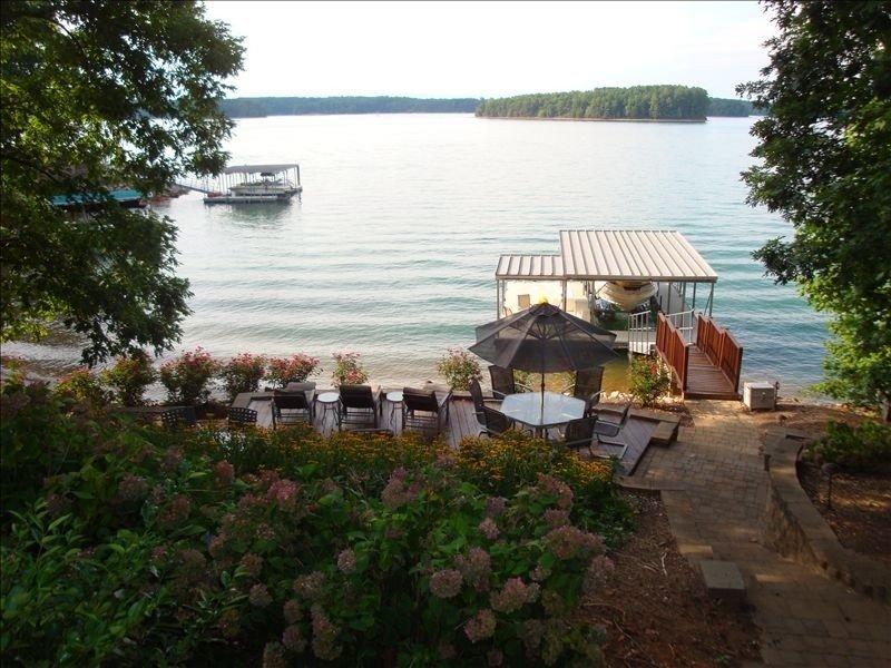 7 mi from Clemson, 5000 square ft lake house, beach & deep water, 2 king suites, location de vacances à Clemson