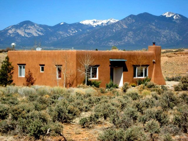 A Hidden River House Private setting  Big Sky Views Walk to a hidden River, holiday rental in Taos