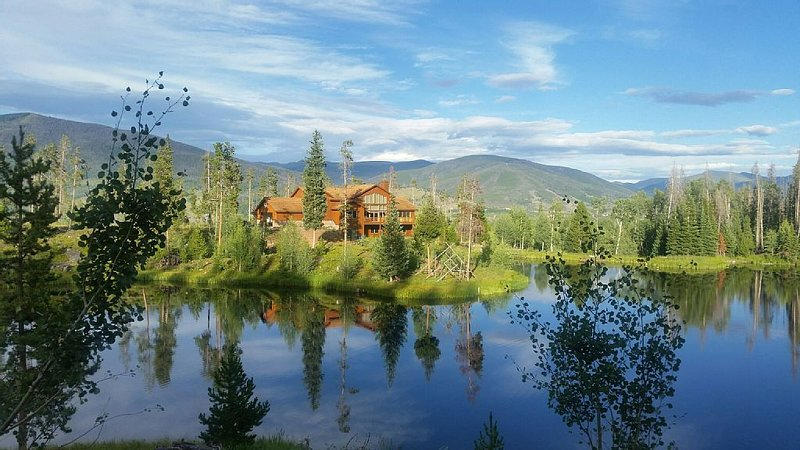 Majestic Mountain Home on 26 acres with private lake, access to national forest, alquiler de vacaciones en Silverthorne