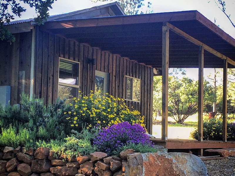 WRITER'S CABIN - one of a kind retreat, fueling the creative spirit since 1895, casa vacanza a Cobb