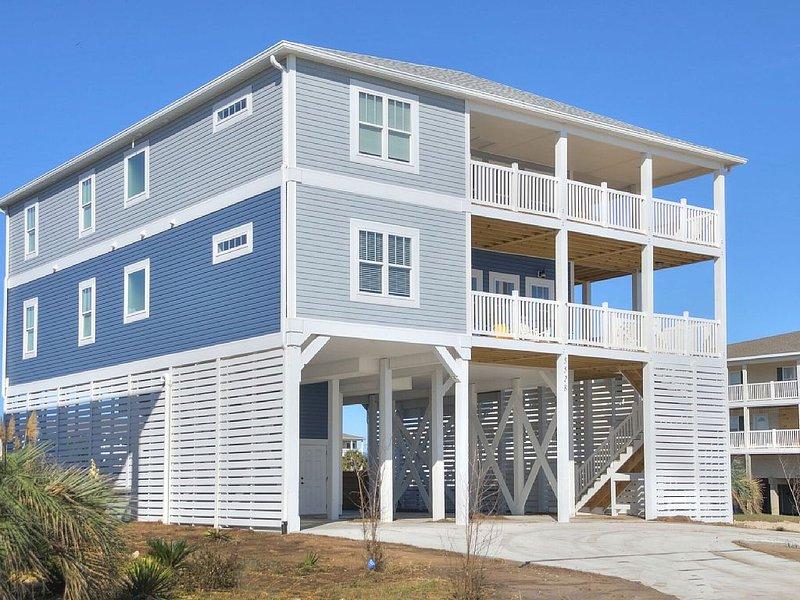 LUXURIOUS NEW 8 BEDROOM W/ POOL, HOT TUB, ELEVATOR, 6 FULL & 2 HALF BATHS, holiday rental in Oak Island