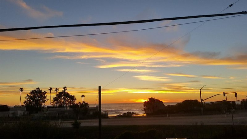 Coastal VIEWS with easy SURF ACCESS.   Home with yard and spa...pets considered!, alquiler de vacaciones en Cayucos