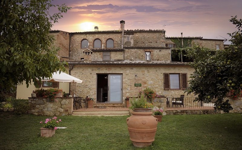 Panoramic and Charming Villa with Private  Garden in Tuscany, alquiler vacacional en Radicondoli