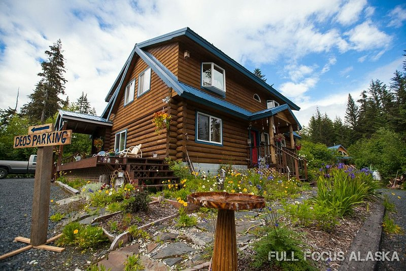 Come enjoy the peace and comfort of our beautiful, custom built Alaskan log home, location de vacances à Seward