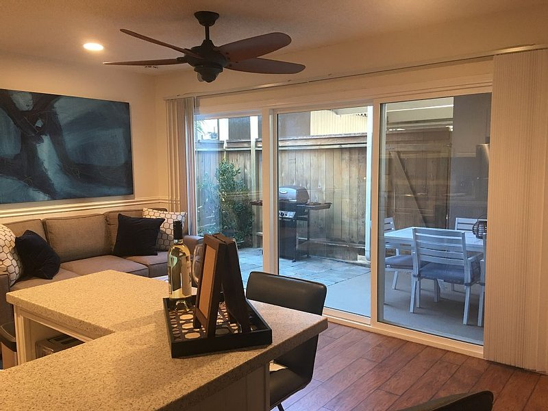 New listing discount! Modern 1br/1ba sleeps 5, private patio. Kid/Pet friendly, holiday rental in Huntington Beach