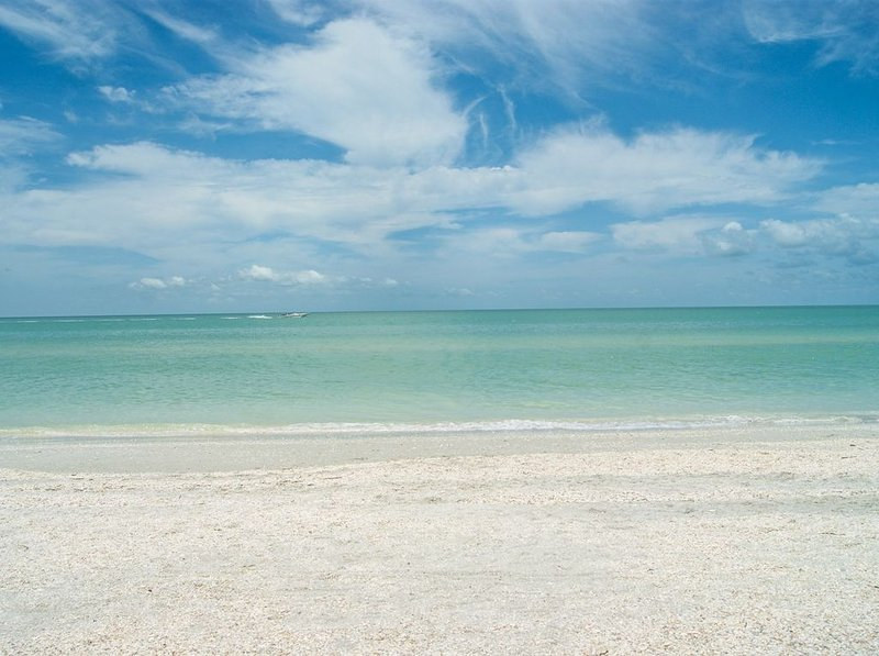 Lovely corner condo- panoramic beach view, kitchen, internet, grill, pool, holiday rental in Sanibel Island