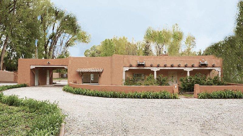 Cottonwood -Spacious grounds, Walk to Plaza, Southwest Charm, Private Hot Tub, alquiler de vacaciones en Taos