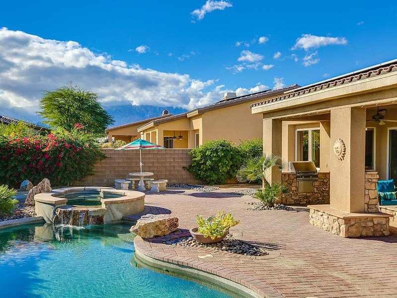 The Ultimate Vacation Home! Close to Coachella, Stagecoach, Shopping, & Dining!, casa vacanza a Thousand Palms