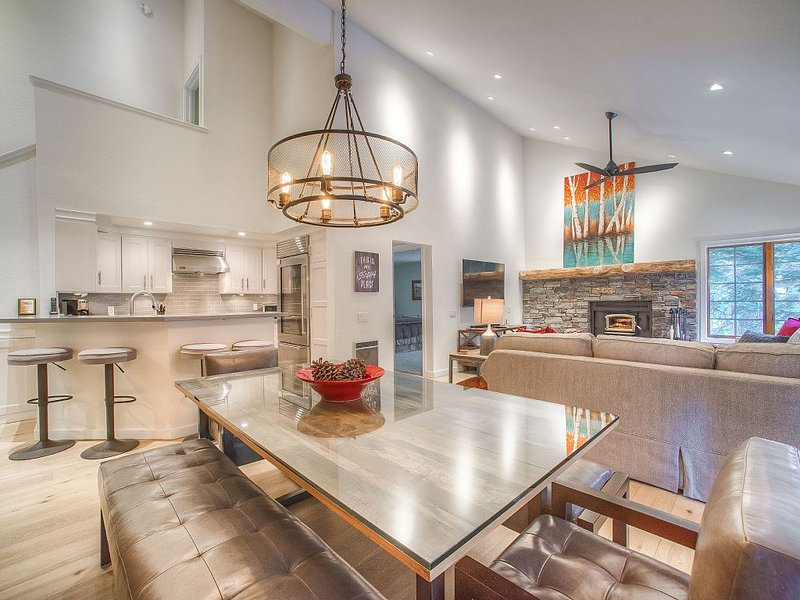 Modern yet Cozy Luxury Remodel! 3 Bedroom 3 Bath Condo across from Canyon Lodge!, alquiler de vacaciones en Lagos Mammoth