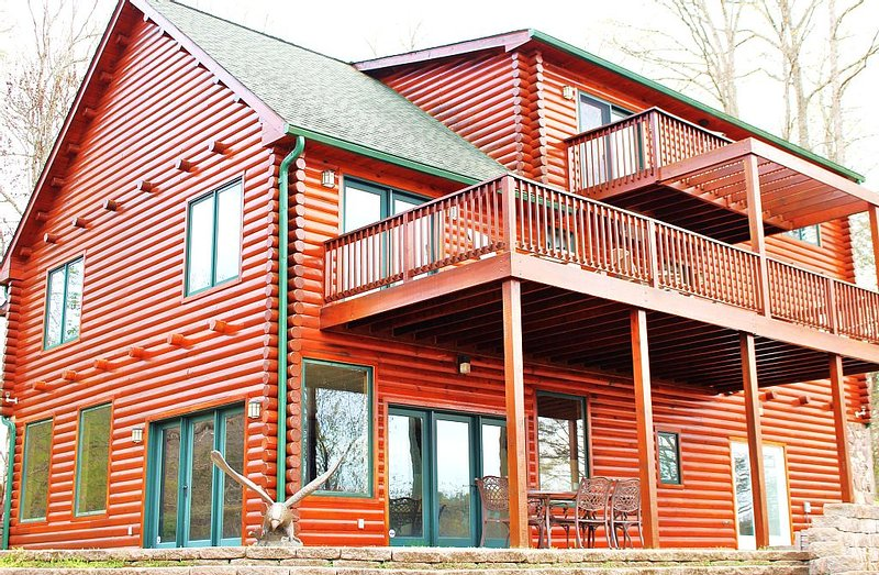 Luxury Cabin for 20, Million Dollar View Lake Estate, Book Now for Summer & Fall, alquiler vacacional en Austinville