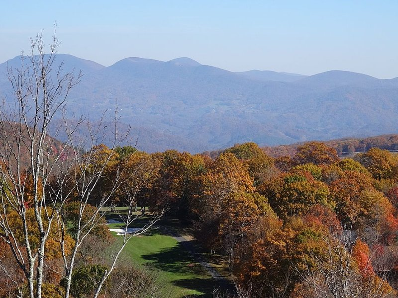 THE MOUNTAINS ARE CALLING! Fabulous Unobstructed Views!, alquiler de vacaciones en Beech Mountain