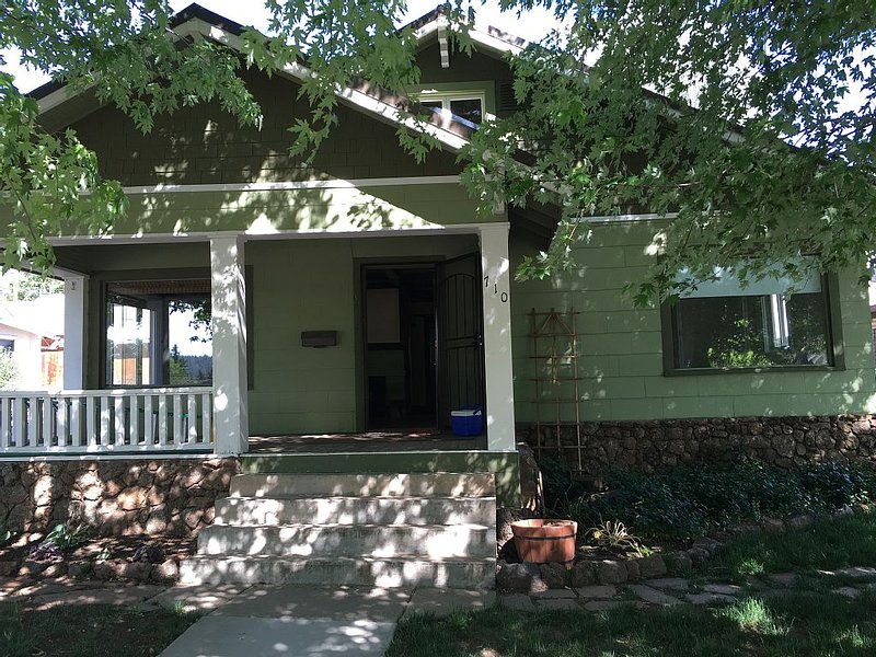 GREAT DOWNTOWN LOCATION - 5 minute walk to downtown shopping and dining, location de vacances à Flagstaff