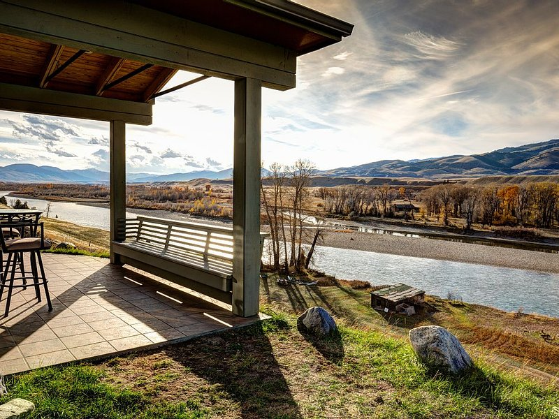 Perfect Isolation in this River Front home. Amazing views!, holiday rental in Pray
