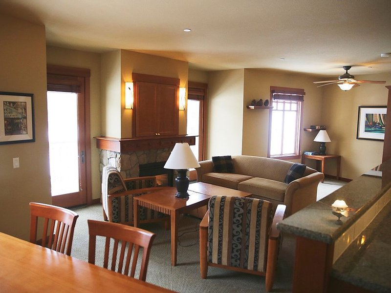 The Village at Squaw Valley, Ski-in Ski-Out One Bedroom + Den Condo, alquiler de vacaciones en Olympic Valley
