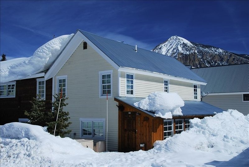 RIGHT DOWNTOWN. Snow's here! Yay! 1/2 block to bus. Check out the reviews., holiday rental in Crested Butte