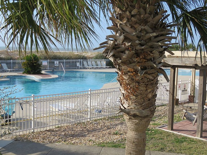 Beautiful Beach Front Family Friendly Gound Floor Condo with an Awesome View, location de vacances à Gulf Shores