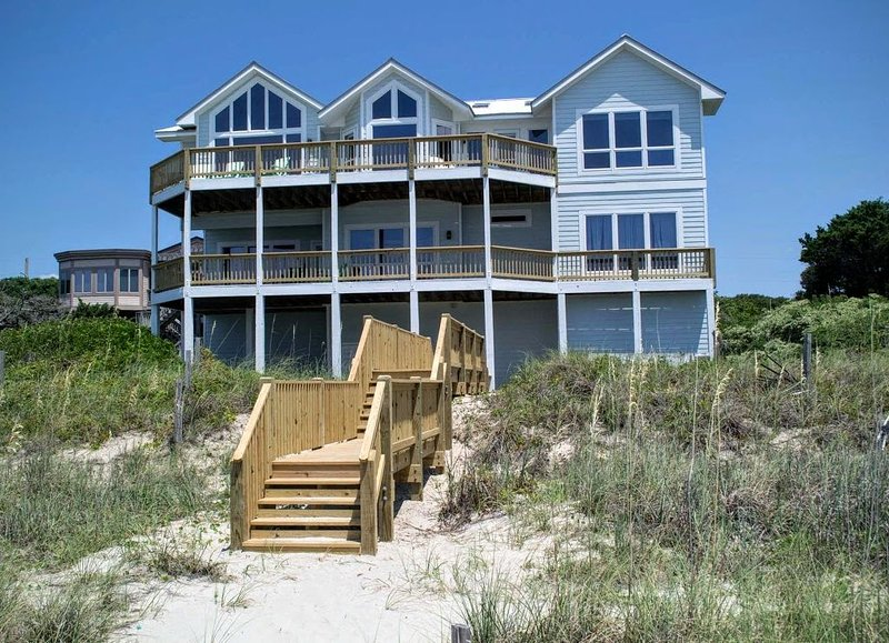 5BR Oceanfront House with Elevator, WiFi and Jacuzzi Tub!, casa vacanza a Newport