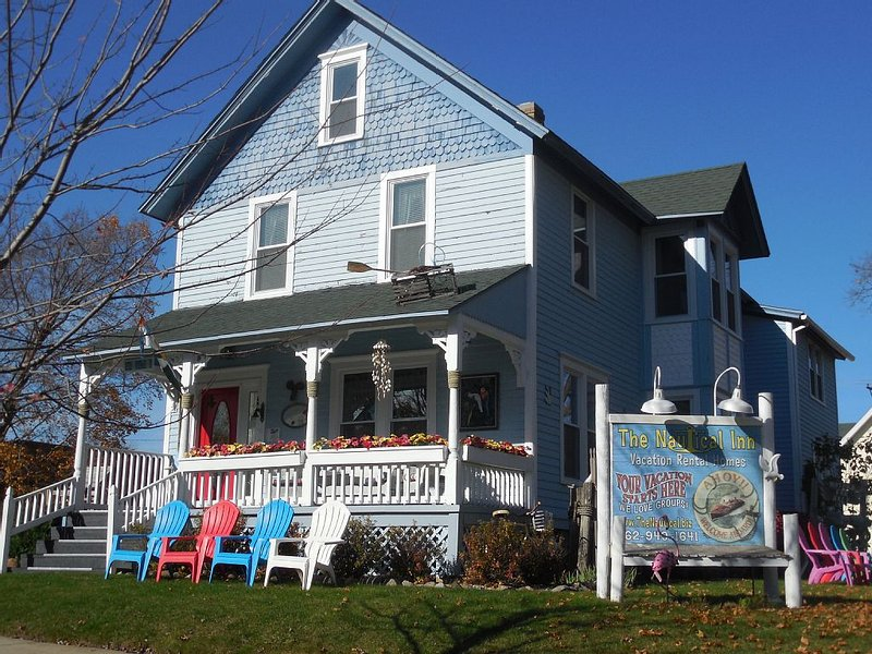 Sleeps 17! DOWNTOWN LAKE GENEVA Fully Licensed for Weekend Rentals!, alquiler vacacional en Rochester
