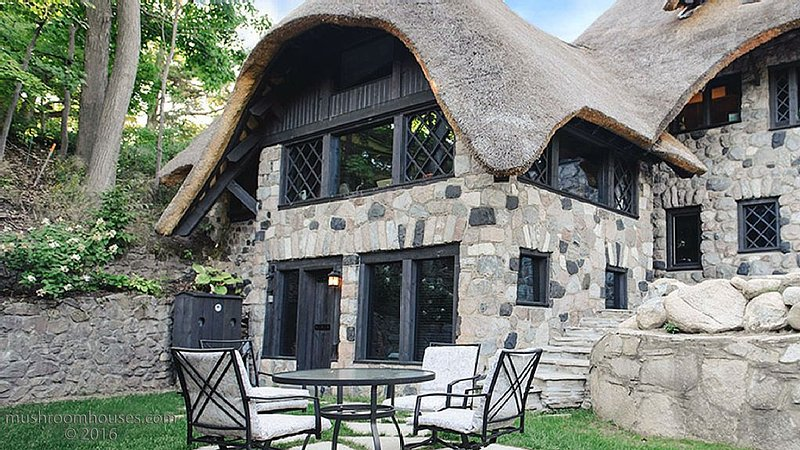 Re-imagined Charlevoix Michigan Mushroom House, a thatched romantic getaway!, casa vacanza a Charlevoix