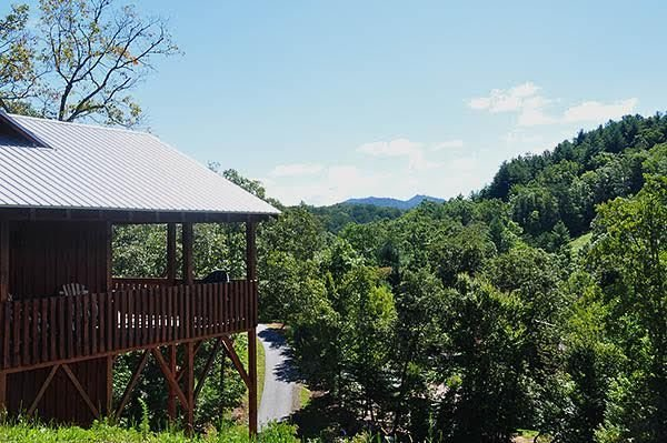 River Access with is brand new rustic cabin, wifi, sleeps 6. Close to Casino., holiday rental in Brasstown