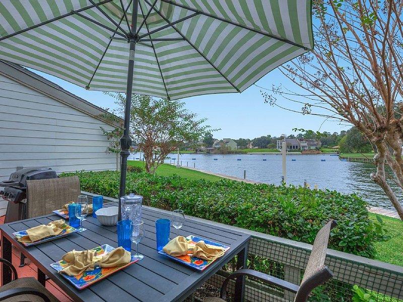 Fun Waterfront Condo in April Sound, casa vacanza a Magnolia