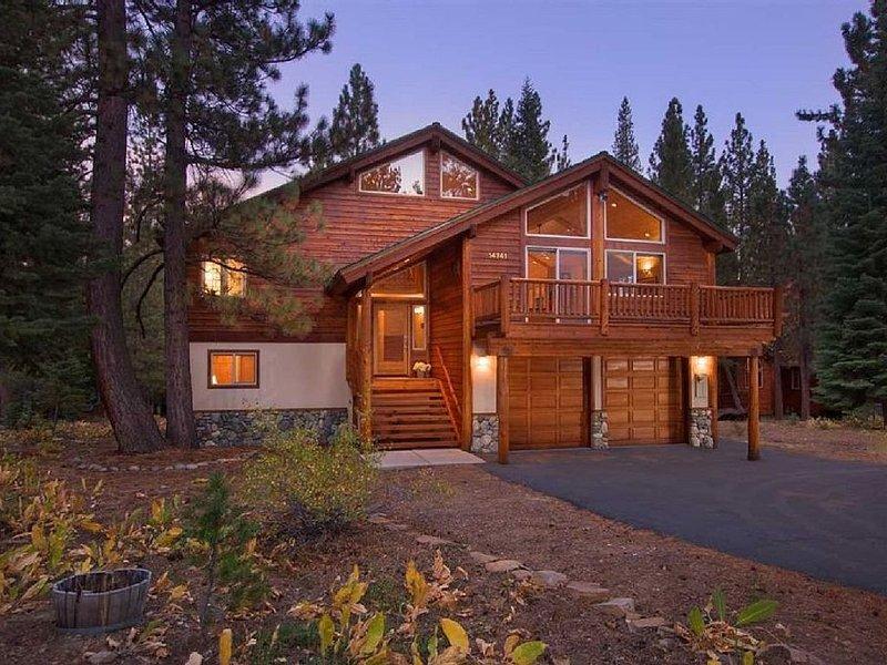 Awesome 7 Bedroom Luxury Rental in Tahoe Donner w/Hot Tub, Huge Deck, Sun & Fun!, alquiler de vacaciones en Truckee