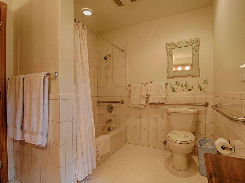 Bathroom #4: En-suite with bedroom #4