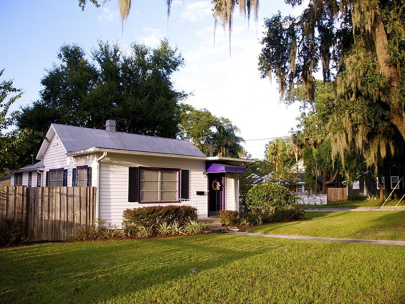 Cozy Corner Cottage-Just a few blocks from downtown Mount Dora!, holiday rental in Umatilla