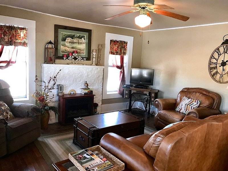 Historic Early Settler Farm House that Has Been Modernized For Your Comfort., holiday rental in Russellville
