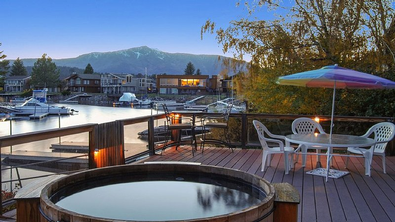 Waterfront Life, BoatDock & HotTub, Fireplace, Fast WiFi,  Sundeck Sierra Views, vacation rental in South Lake Tahoe