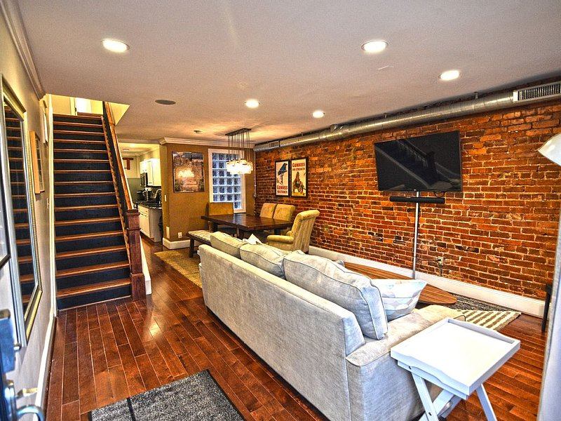 Big House 3 Bedrooms, King Beds, Dupont Circle, Adams Morgan Parking!, vacation rental in Washington DC
