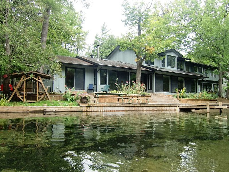 The Weaver House on the pristine Crystal River in Glen Arbor, vakantiewoning in Leelanau County