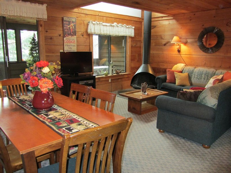 Swiss Mountain Seven Springs Resort - free shuttle to ski slopes, vacation rental in Champion