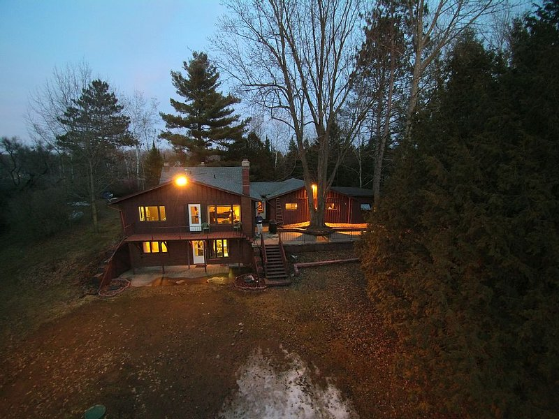 5 bedroom Chalet on WI River. Kayak, swim. 15 minutes from Granite Peak skiing., location de vacances à Schofield