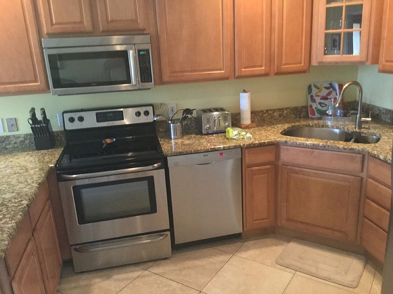 Tasteful and Accomodating One Bedroom/One Bathroom Ocean Village Condo!, location de vacances à Fort Pierce