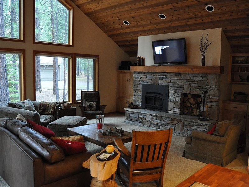 Updated Black Butte house with 2 master suites.  Great for 2 families., holiday rental in Sisters