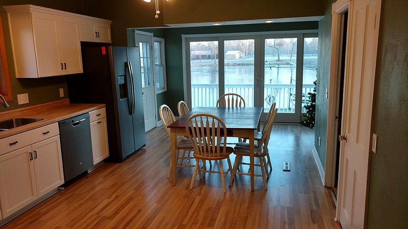 4 Bedroom Lake House With Spacious Deck To Relax And View The Lake, vacation rental in Packwaukee