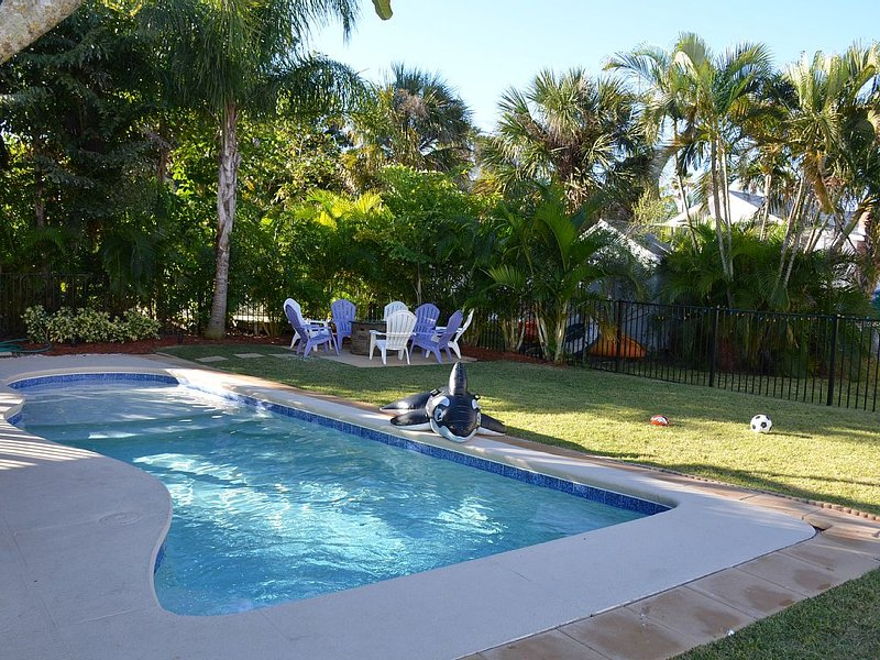Pool Side, Great Yard, Firepit, Gulf + Beach View, 2 Kayaks, PaddleBoard,3BR/2Ba, holiday rental in Bradenton Beach