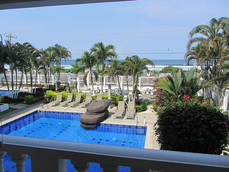 Beachfront Condo in Paradise with Million Dollar View!, aluguéis de temporada em Jaco