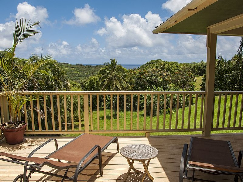 Hale Kai Kalani: QUAINT COTTAGE NEAR THE BEACH IN KILAUEA WITH BEDROOM AC!, alquiler de vacaciones en Kilauea