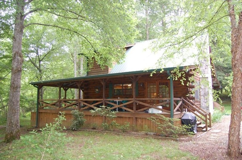 Cozy Getaway on Toccoa River! Hot Tub and River Deck!, holiday rental in Suches