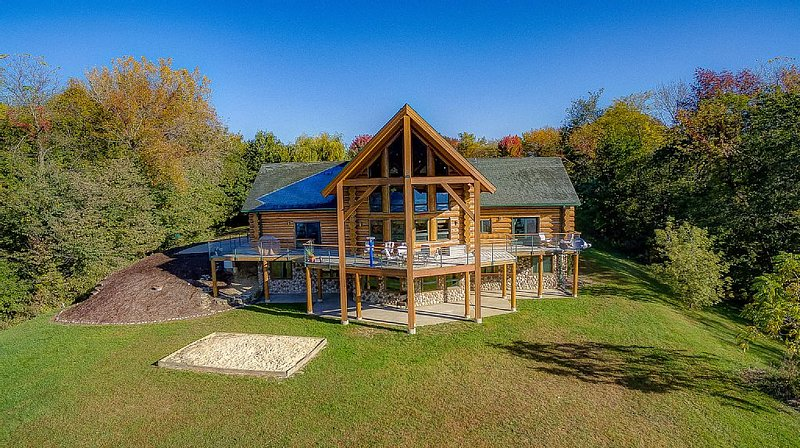 Log Home Lodge On Bluff Overlooking Mississippi River 115 Acres Estate, vacation rental in Iowa