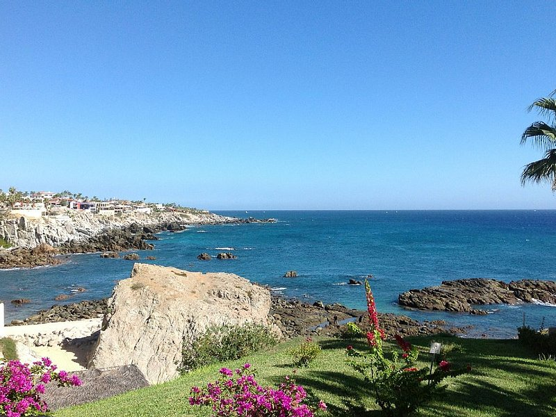 OCEANFRONT/BEACHFRONT CABO CONDO GROUND LEVEL w/AMAZING VIEWS STEPS FROM BEACH, holiday rental in Cabo San Lucas