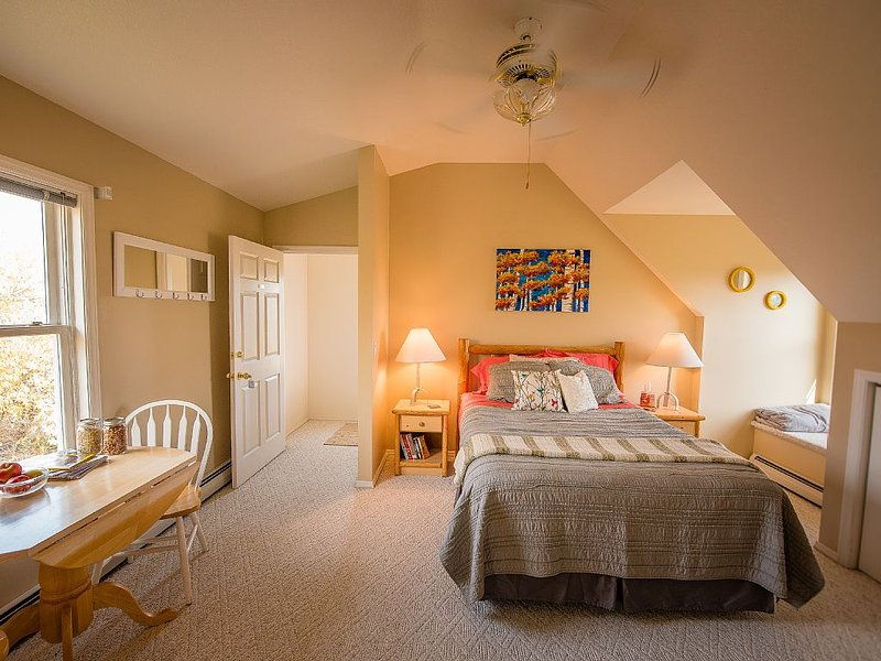 Beautiful vacation rental close to Bozeman airport, downtown, and MSU campus., holiday rental in Four Corners