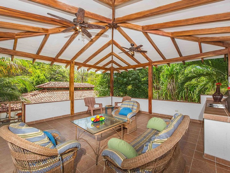 4 BR With pool and rooftop patio 50m from Beach in Grande's Palm Beach, aluguéis de temporada em Playa Grande