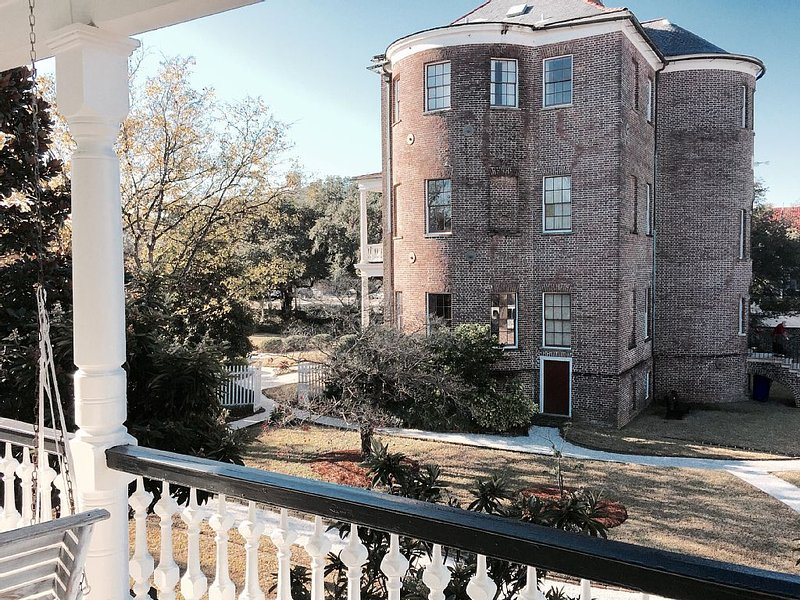 Newly Relisted!! Cozy Historic Loft In The Heart Of Charleston by Marion Square, vacation rental in Charleston