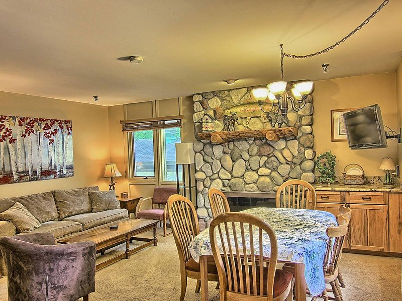 Recently Remodeled Condo - Just Behind Boyneland Lift, location de vacances à Charlevoix County