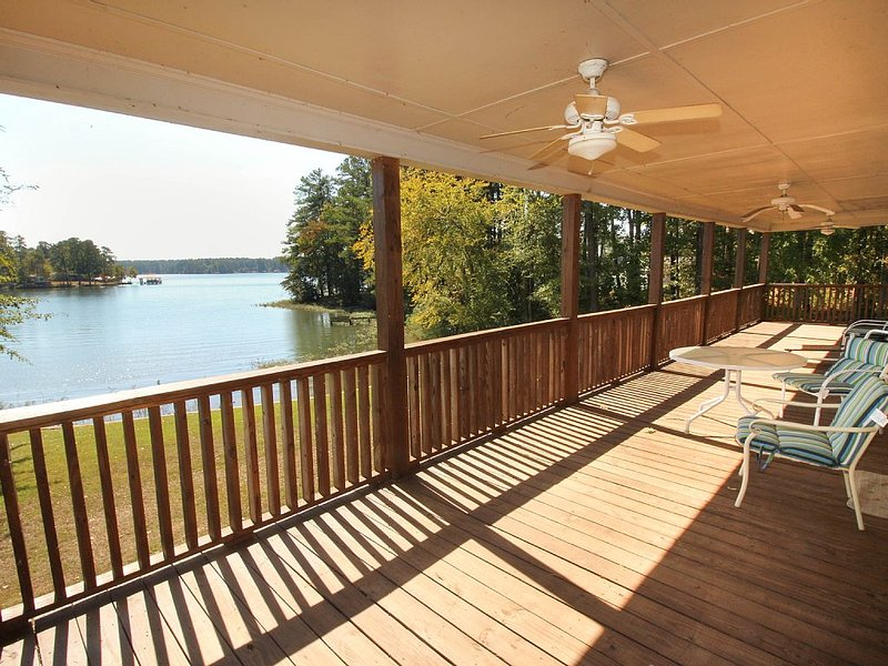 Family Friendly, Lake Front Property, 5 Bedroom 3 Bath With Deep Water Access, vacation rental in Milledgeville